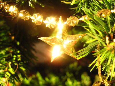 Comment décorer un sapin de Noël ? Quelques conseils!étoile lumineuse pour une ambiance de Noël chalereuse